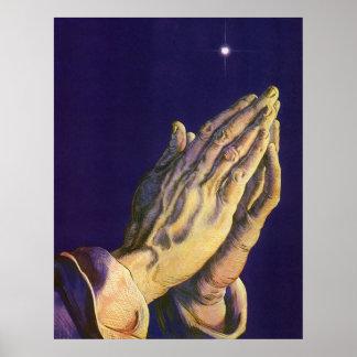 Religión del vintage, manos que ruegan hacia cielo póster