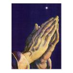 Religión del vintage, manos que ruegan hacia cielo postal