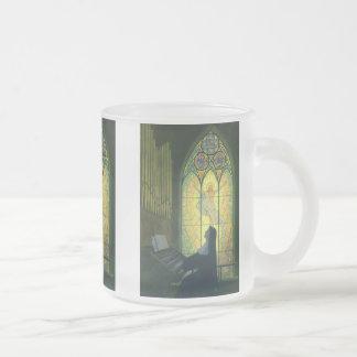 Religión del vintage, monja que juega el órgano en taza de café esmerilada