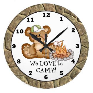 Reloj 3 del campista del oso que acampa
