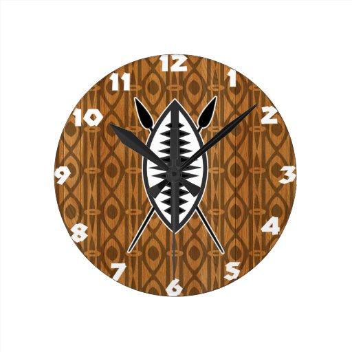 Reloj africano del escudo y de pared de las lanzas