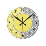 Reloj amarillo y gris de los lunares