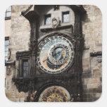 Reloj antiguo del reloj de la astrología en Praga Calcomanías Cuadradass