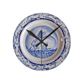 Reloj, azul y blanco azules del diseño del conejo