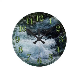 Reloj blanco de los Rapids del agua dulce de la na
