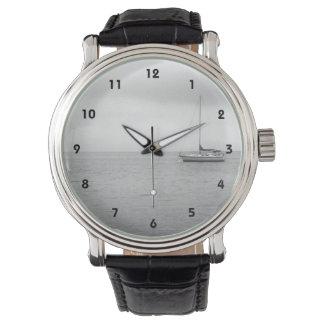 Reloj blanco y negro de la foto del ailboat