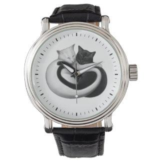 Reloj blanco y negro de los gatos del amor