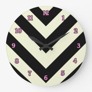 Reloj blanco y negro del modelo de Chevron