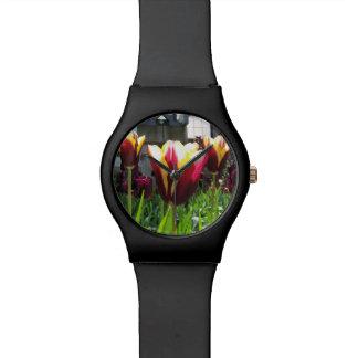 Reloj colorido de los tulipanes de la ciudad
