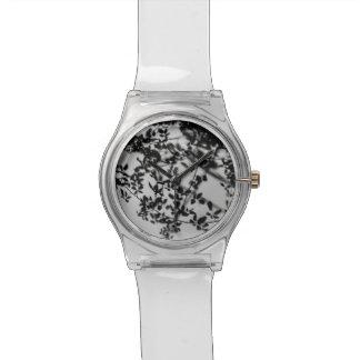 Reloj con fotografia de plantas en blanco y negro