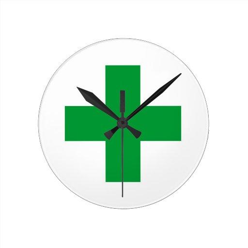 reloj cruzado verde del doctor de la farmacia de