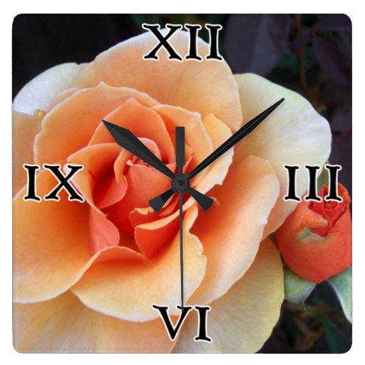 Reloj cuadrado color de rosa y del capullo de rosa