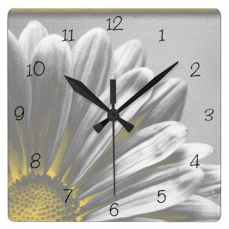 Reloj cuadrado de los puntos culminantes florales