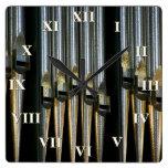 Reloj cuadrado del órgano con los números romanos