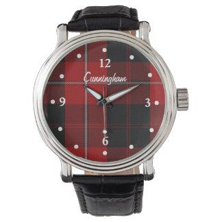 Reloj de encargo hecho frente tela escocesa roja y