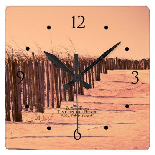 Reloj de la cerca de las dunas de arena de la play