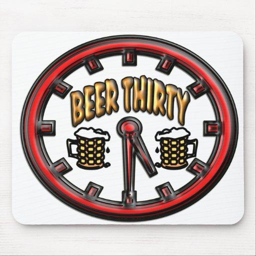 """Reloj de la """"cerveza treinta"""" alfombrillas de ratón"""