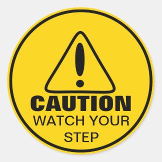 Reloj de la muestra de la precaución su paso pegatina redonda