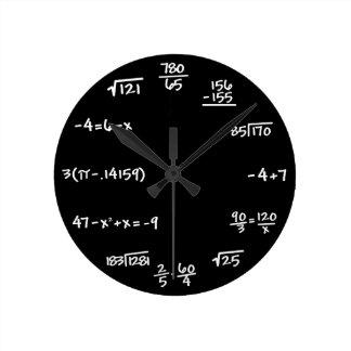 Reloj de la pizarra de la matemáticas - solucione