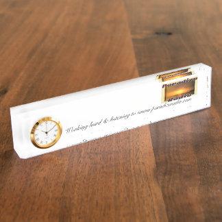 Reloj de la placa de identificación del escritorio