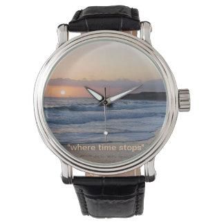 reloj de la playa de la puesta del sol