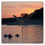 Reloj de la puesta del sol de Travis del lago