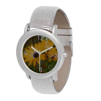 Reloj de las flores de la margarita anaranjada