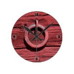 Reloj de madera rojo rural rústico del anillo del
