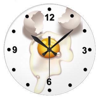 Reloj de pared agrietado de la cocina del huevo