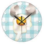 Reloj de pared agrietado de la cocina del huevo de