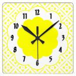 Reloj de pared amarillo del estampado de plores de