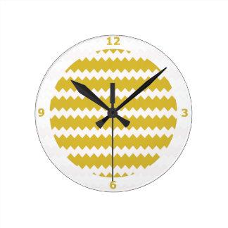 Reloj de pared amarillo del Freesia en el zigzag C