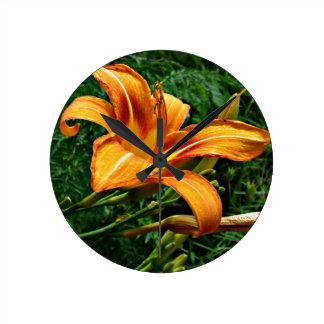 Reloj de pared anaranjado del Daylily
