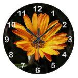 Reloj de pared anaranjado grande de la flor