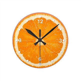 Reloj de pared anaranjado jugoso de la cocina