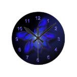 Reloj de pared azul de la mariposa del resplandor