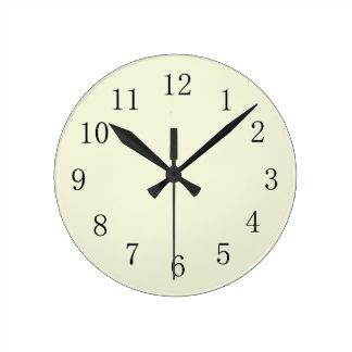 Reloj de pared beige en colores pastel de la