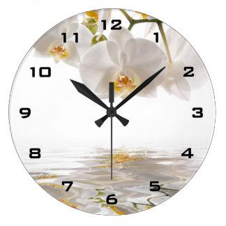 Reloj de pared blanco de las orquídeas