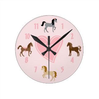 Reloj de pared bonito del rosa del potro