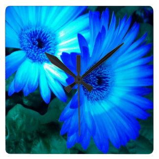 Reloj de pared brillante de las margaritas azules