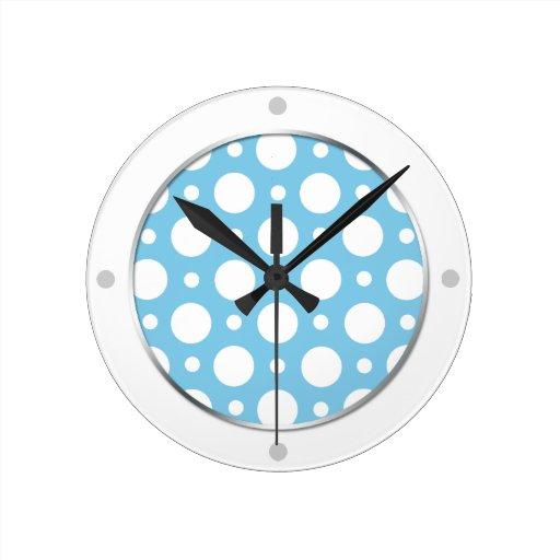 Reloj de pared clasificado azul de los lunares del