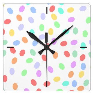 Reloj de pared coloreado de los puntos
