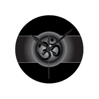 Reloj de pared con clase del símbolo de OM