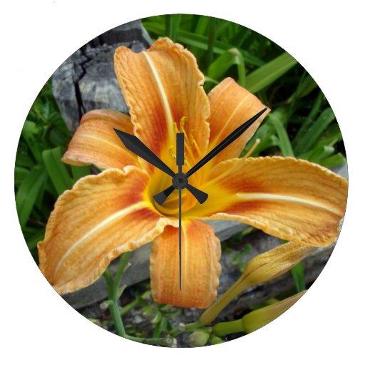 Reloj de pared con la flor anaranjada del lirio de