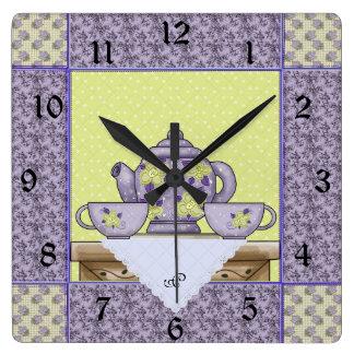 Reloj de pared con monograma del remiendo del edre