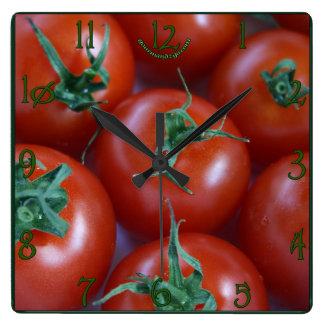 Reloj de pared cuadrado de los tomates frescos