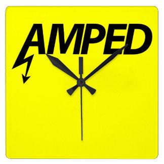 Reloj de pared de Amped (negro en amarillo)