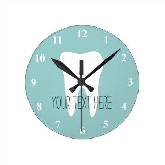 Reloj de pared de la oficina del dentista con el