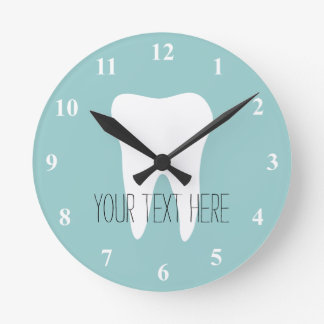 Reloj de pared de la oficina del dentista con el l
