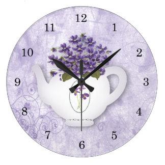 Reloj de pared de la tetera de las violetas
